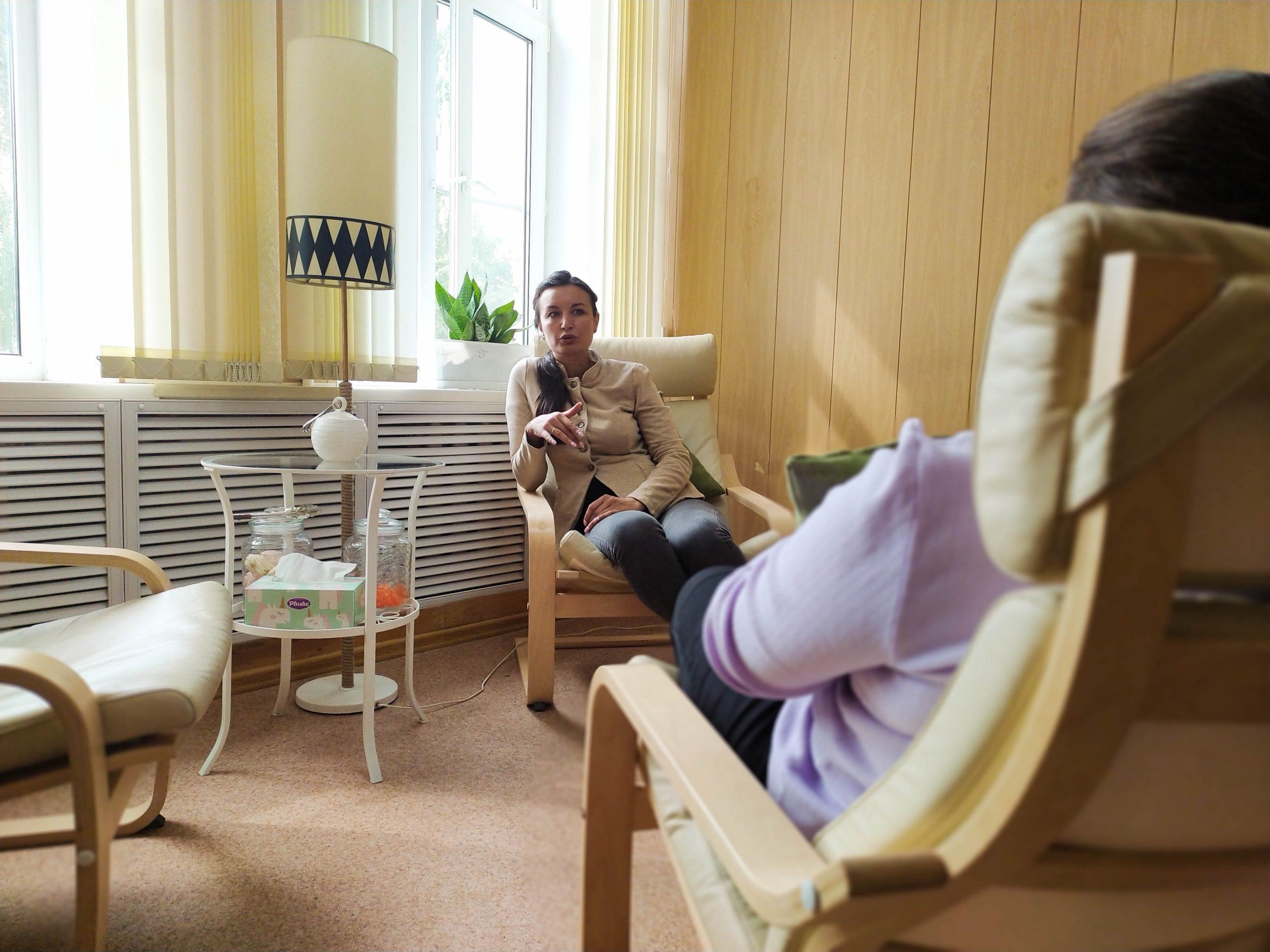Семейный психолог Лола Ведернова в своём кабинете