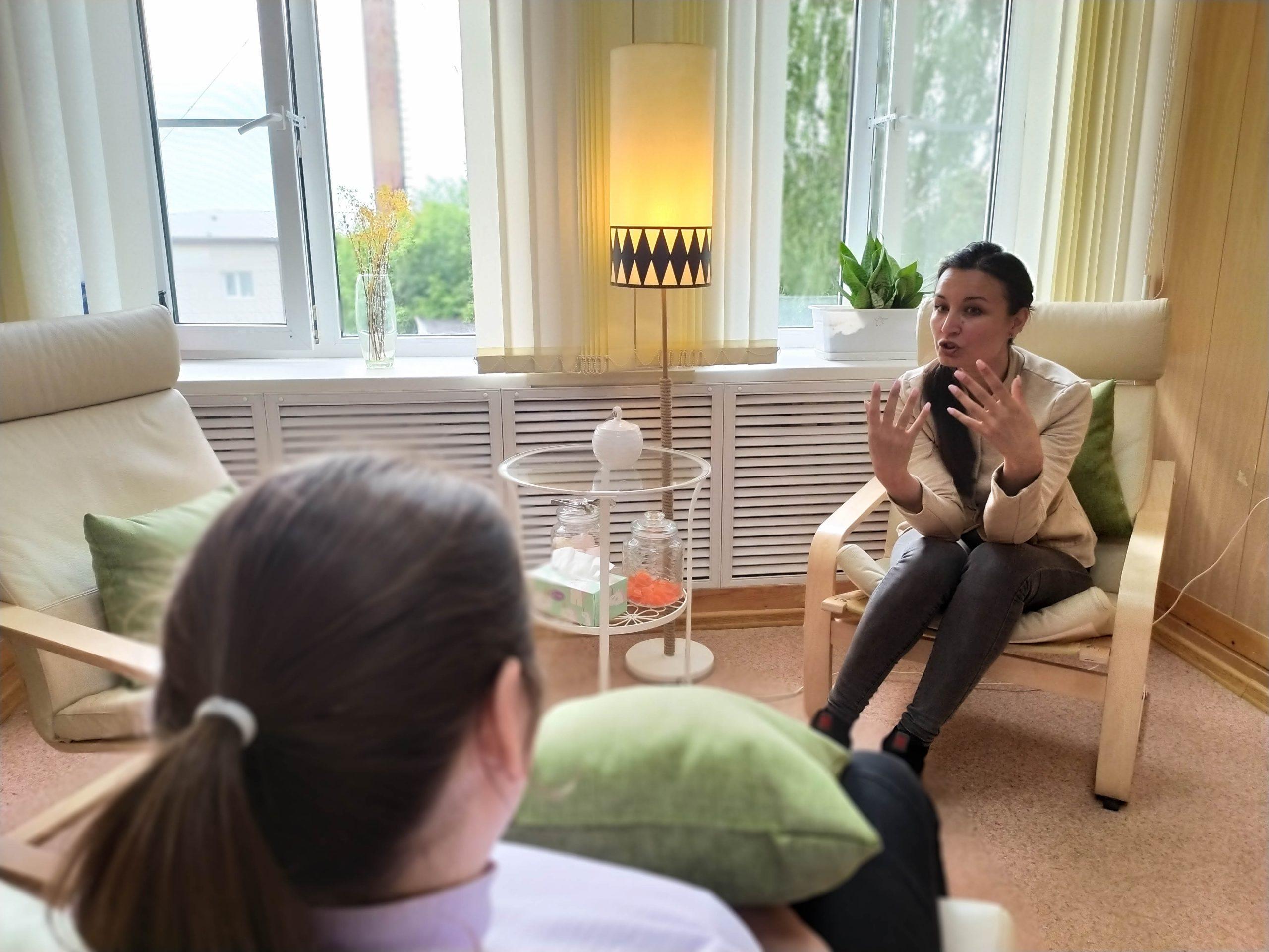 Клинический психолог Лола Ведернова в своём кабинете